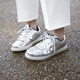 Zo combineer je metallic schoenen