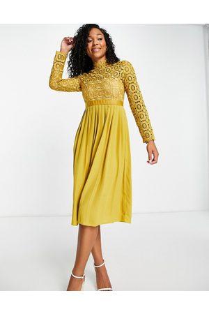 Little Mistress Pleated dress in mustard-Yellow