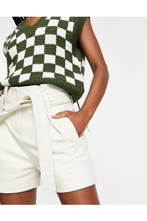 Muubaa Dames Shorts - Tie waist paperbag leather shorts in cream-White