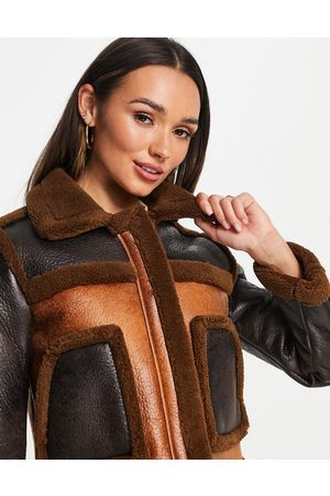 French Connection Dames Donsjassen - Belle cropped faux fur and PU jacket in brown colour block-Multi